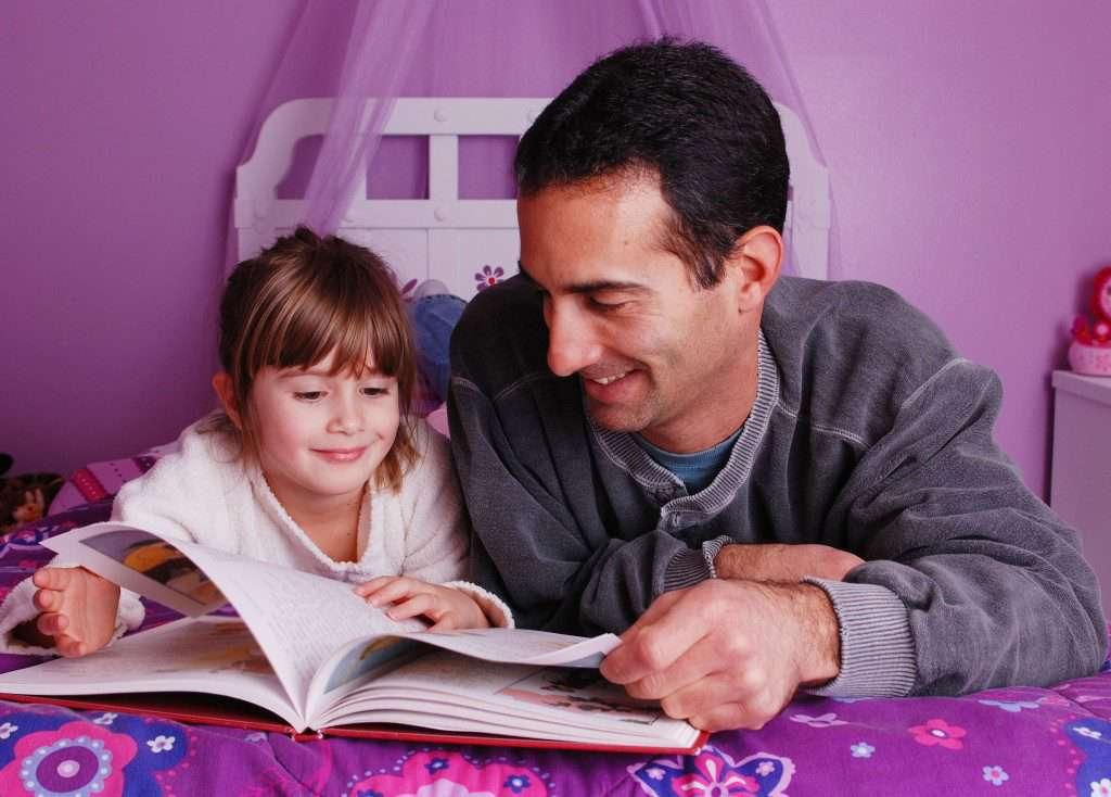 настоящий-отец-читает-ребенку-перед-сном-1024x734